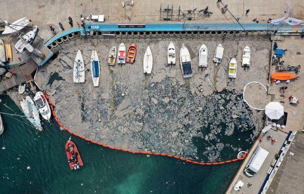 An dem Einsatz beteiligen sich auch Taucher. Unter anderem werden dabei Ölsperren eingesetzt.Foto: Großreinemachen im Marmarameer aus der Vogelperspektive. - SNA