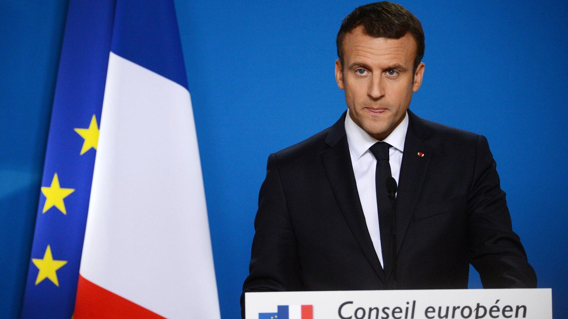 Frankreichs Präsident Emmanuel Macron vor den Flaggen von Frankreich und der EU (Symbolbild) - SNA, 1920, 21.07.2021