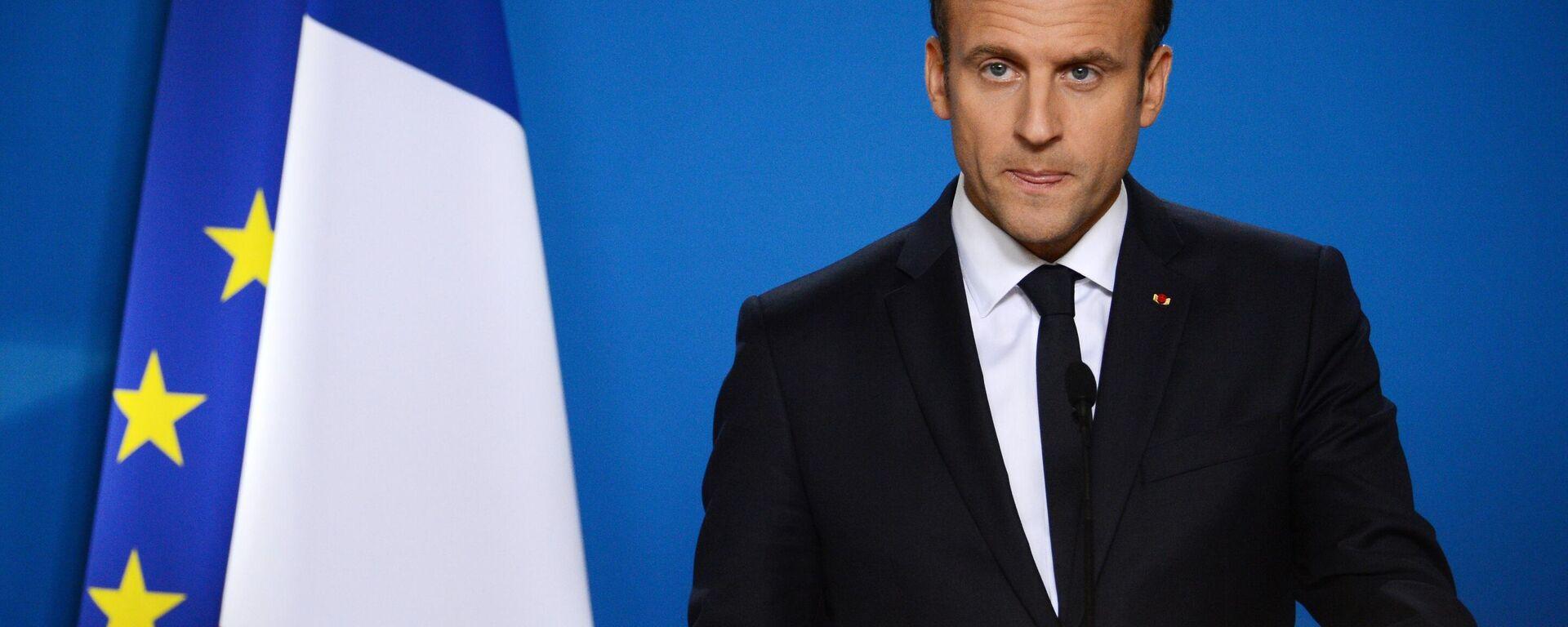 Frankreichs Präsident Emmanuel Macron vor den Flaggen von Frankreich und der EU (Symbolbild) - SNA, 1920, 09.06.2021