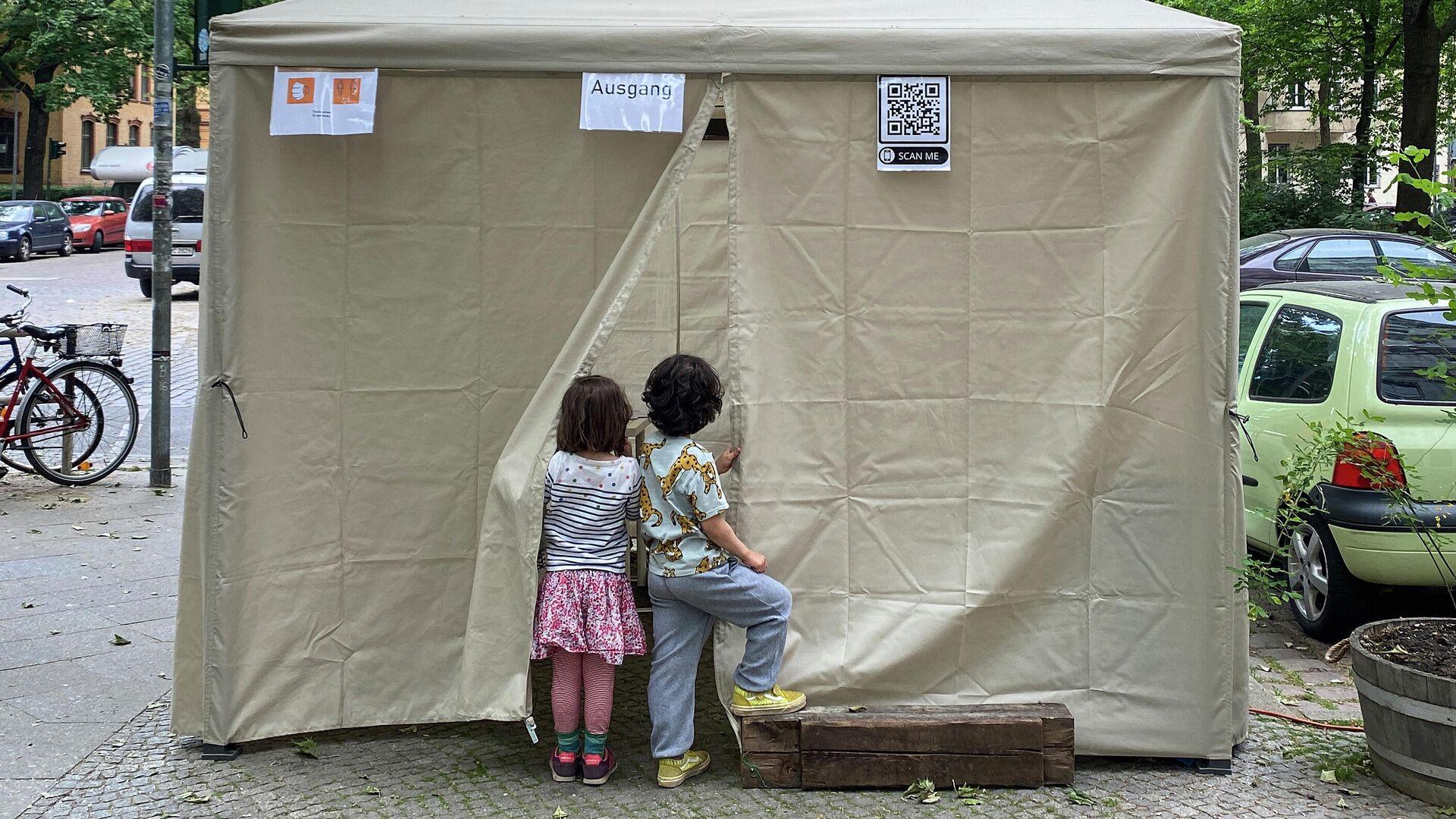 Kinder vor einem Impfzelt in Berlin-Kreuzberg, 4. Juni 2021 - SNA, 1920, 10.06.2021