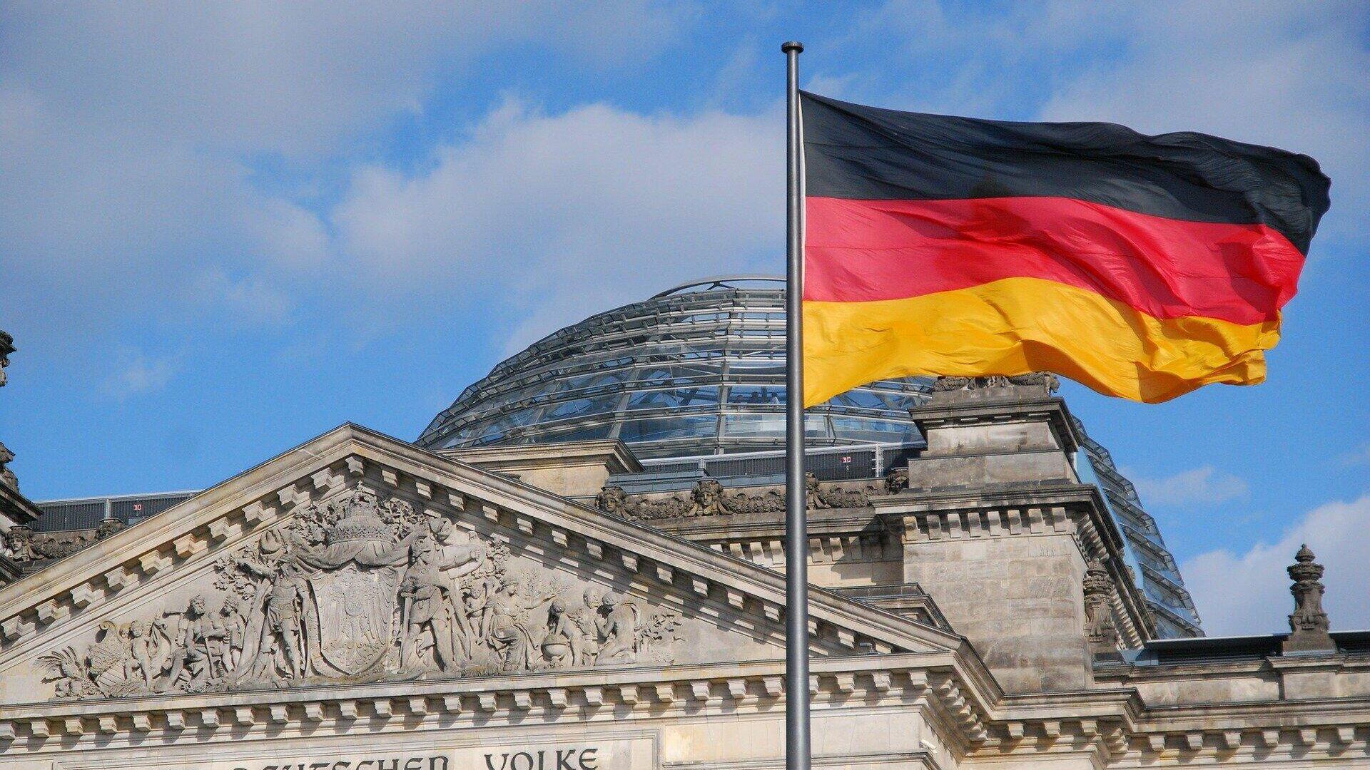 Die deutsche Flagge weht vor dem Reichstagsgebäude in Berlin - SNA, 1920, 27.09.2021