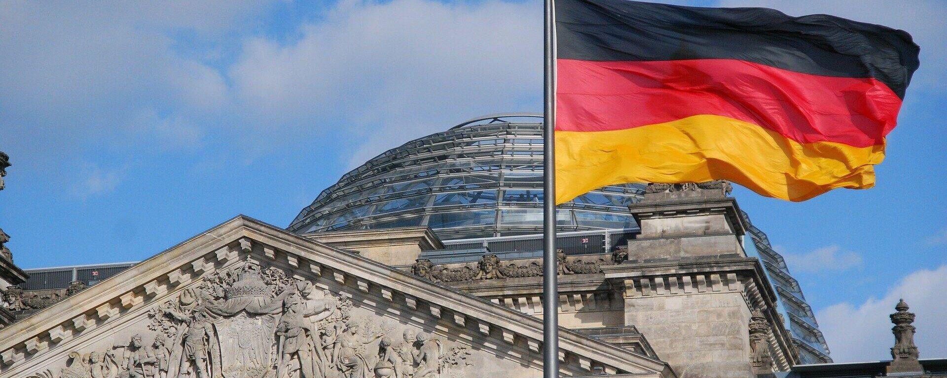 Die deutsche Flagge weht vor dem Reichstagsgebäude in Berlin - SNA, 1920, 13.09.2021