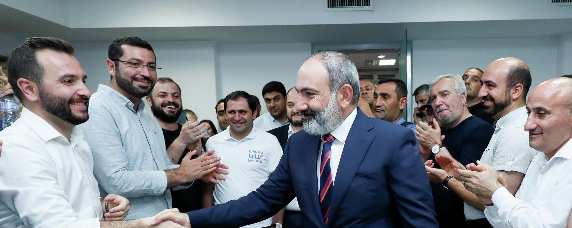 Armeniens Regierungschef NIkoö Paschinjan mit seinen Parteikollegen nach den Parlamentswahl - SNA, 1920, 21.06.2021
