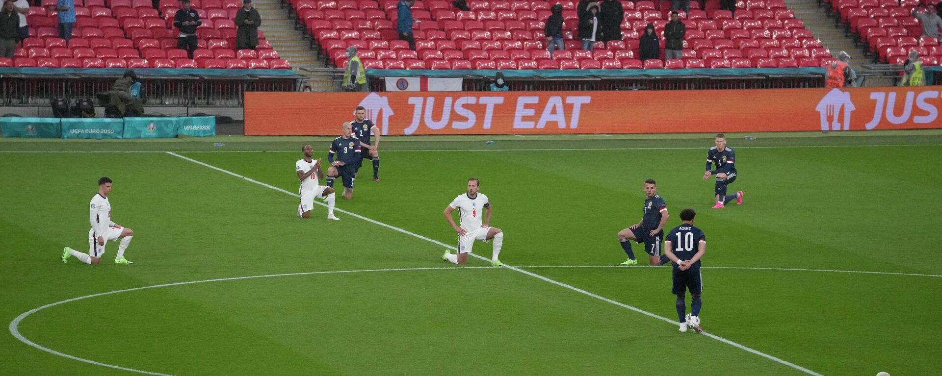 Spieler der englischen Nationalmannschaft gehen auf die Knie vor einem EU-Spiel.  - SNA, 1920, 29.06.2021