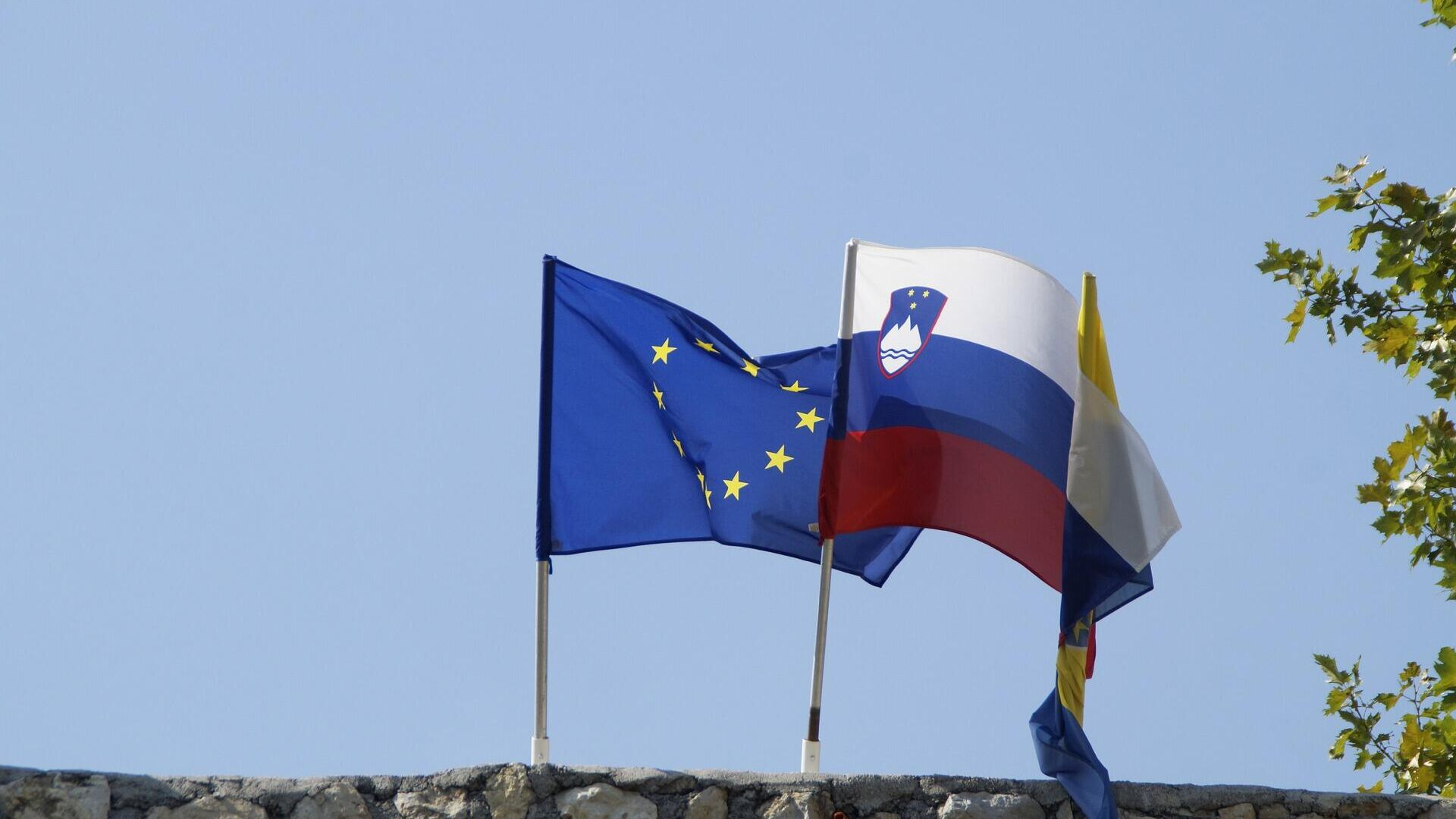 Flaggen Sloweniens und der EU - SNA, 1920, 01.07.2021