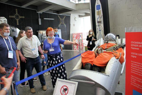 Konferenzteilnehmer am Katapultsessel Gagarins im Museum der Kosmonautik Kaluga - SNA