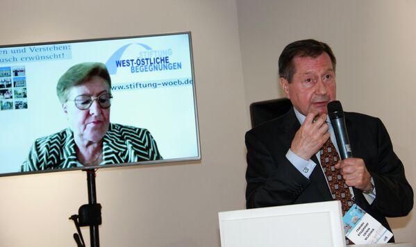 Der ehemalige russische Botschafter in Deutschland, Wladimir Grinin, und Jelena Hoffmann, Vorsitzende des Vorstands der Stiftung West-Östliche Begegnungen, erörtern Perspektiven des deutsch-russischen Dialogs - SNA