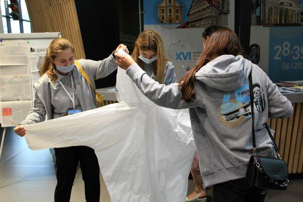 Freiwillige bereiten Regenmäntel für das Publikum des Konzerts vor - SNA