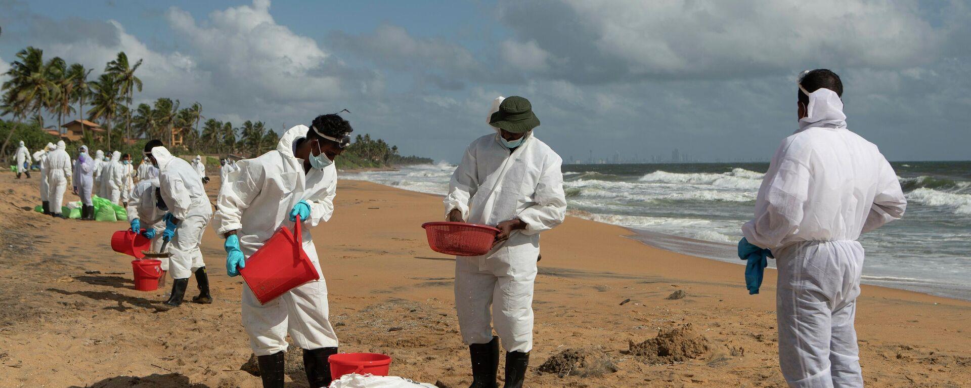 Marinesoldaten sammeln Plastikreste nach der Havarie vor Sri-Lanka (Archivbild) - SNA, 1920, 01.07.2021