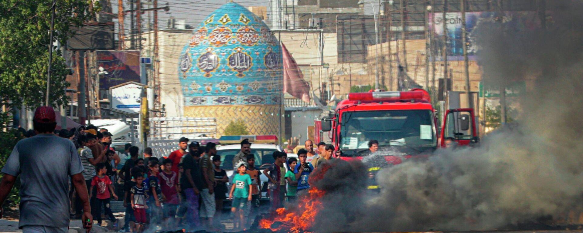 Demonstranten verbrennen Reifen im südöstlichen Stadtteil von Bagdad, Basra, aus Protest vor Energieausfall  - SNA, 1920, 02.07.2021