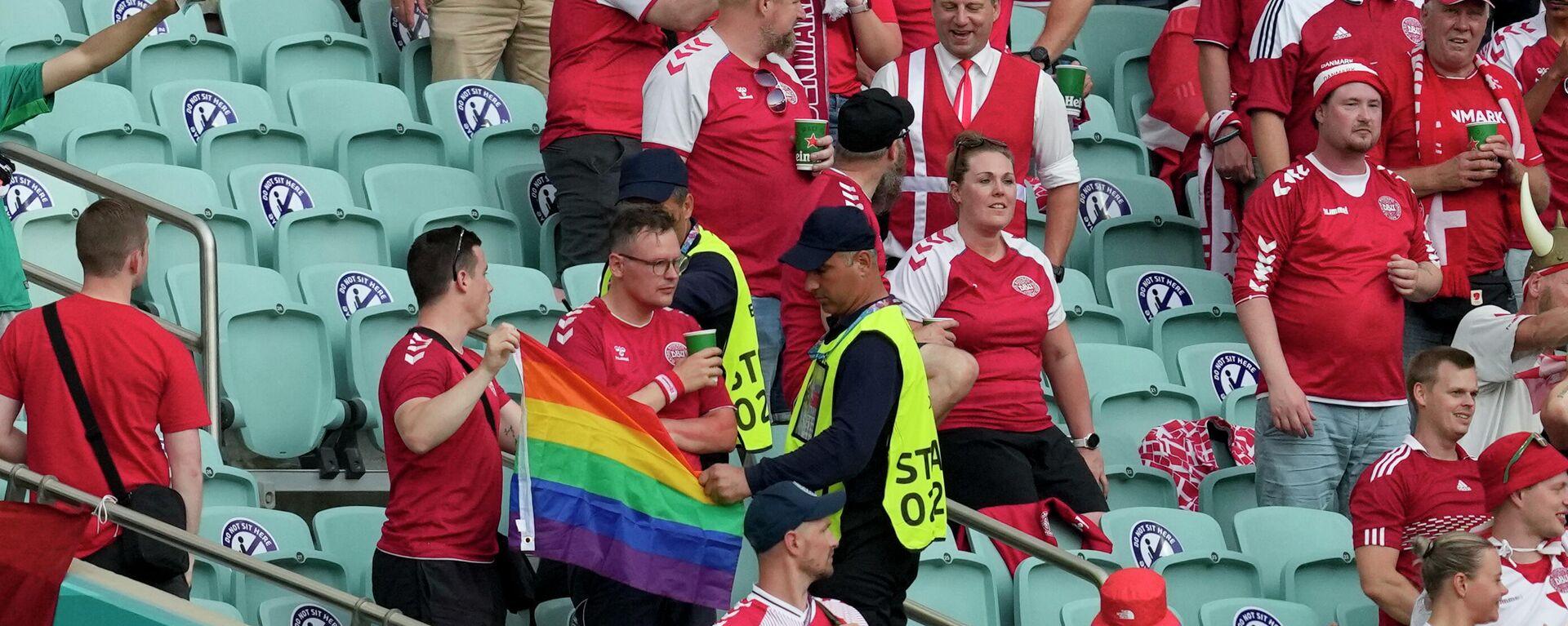 Einem Dänischen Fan wird beim Viertelfinale gegen Tschechien die Regenbogenflagge offenbar entnommen - SNA, 1920, 04.07.2021