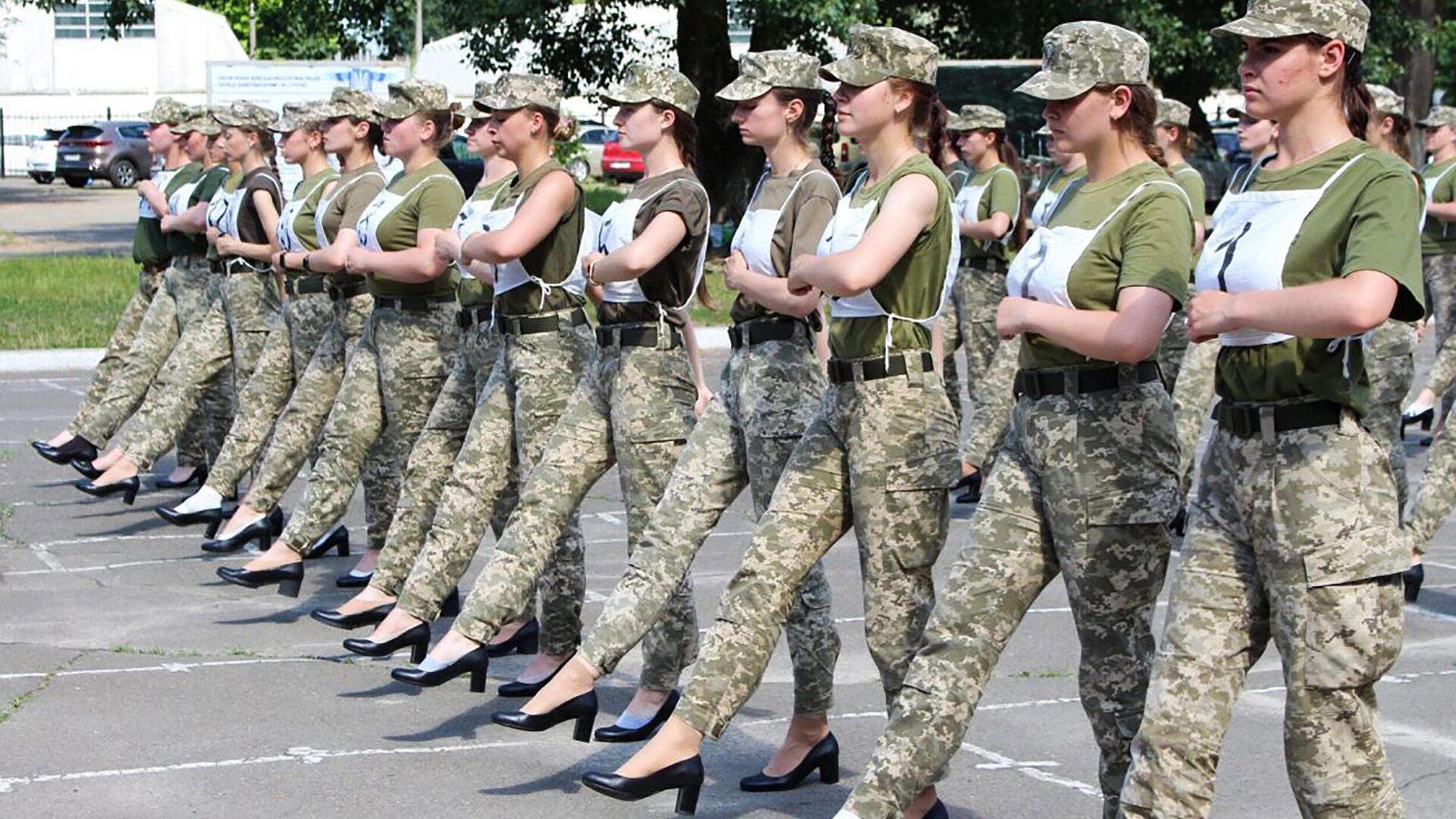 Soldatinnen in schwarzen Absatzschuhen in der Ukraine - SNA, 1920, 04.07.2021