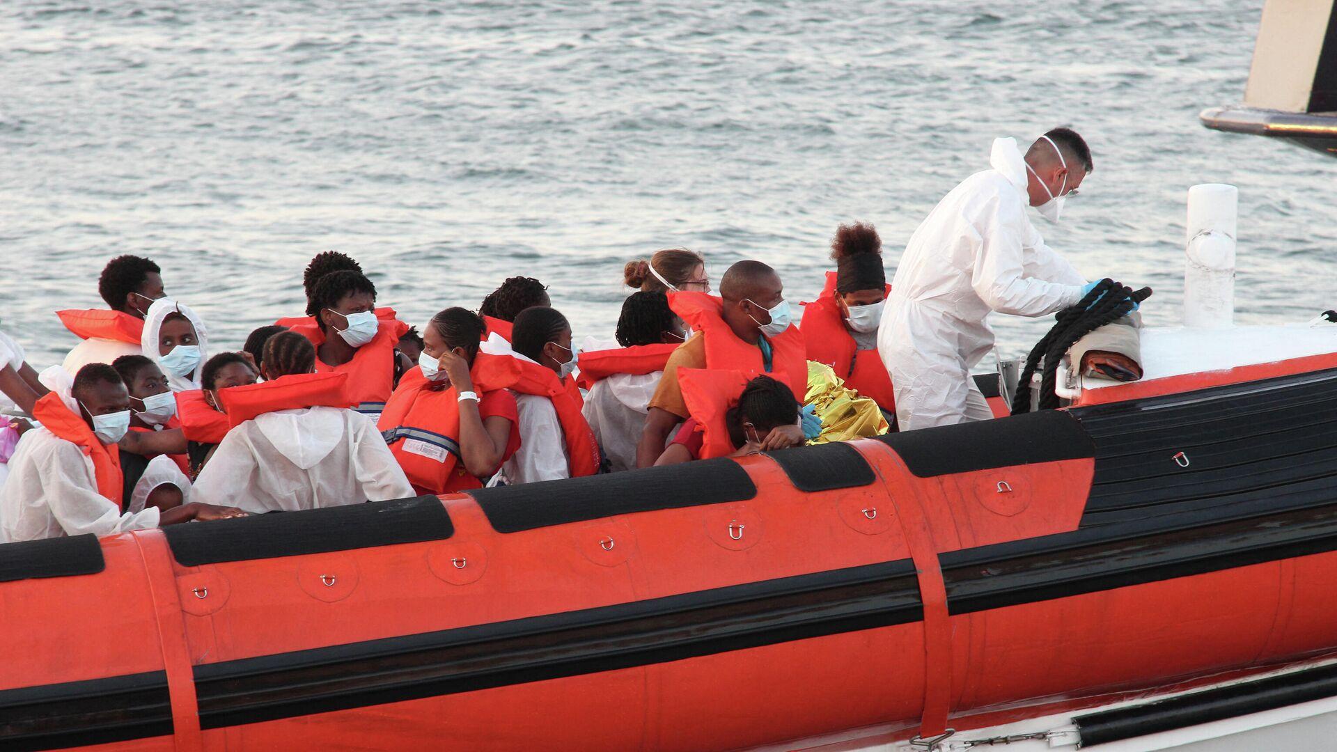 Gerettete Migranten in einem Boot (Archivbild) - SNA, 1920, 05.07.2021
