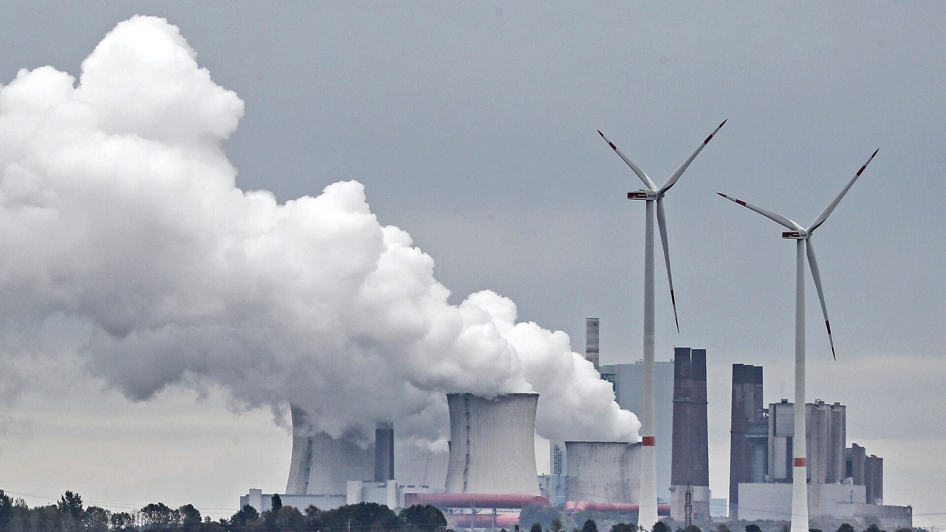 Ein Kohlekraftwerk in der Nähe des Kohletagebaus Garzweiler  - SNA, 1920, 01.10.2021