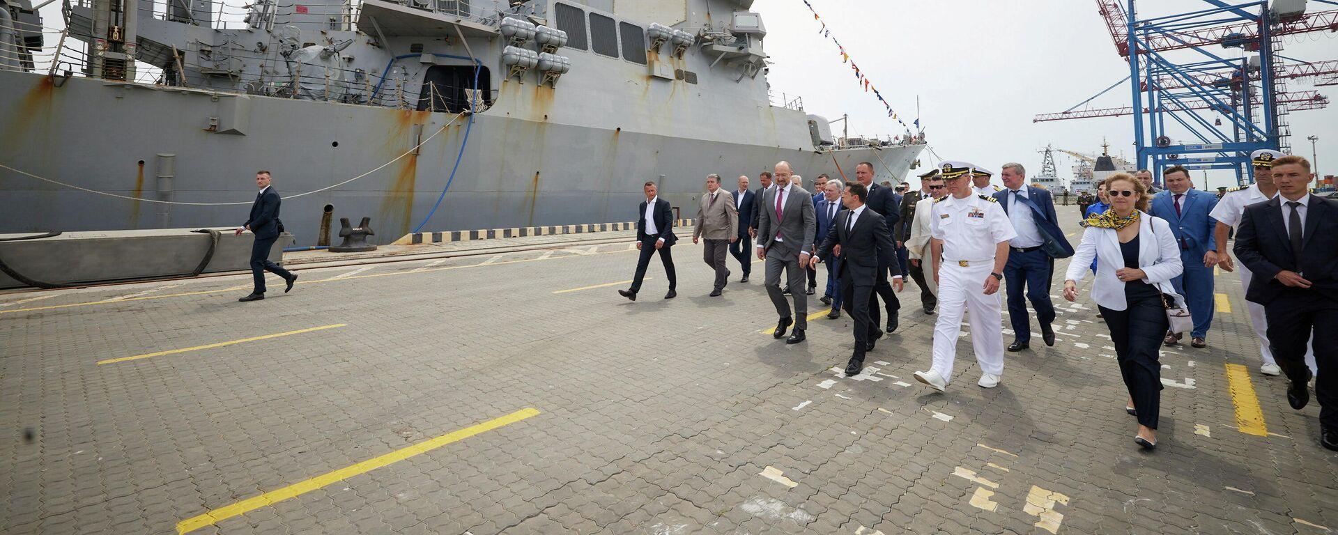 Der ukrainische Präsident Wladimir Selenski und Beamte vor dem US-Raketenzerstörer Ross, der an den Militärübungen Sea Breeze 2021 beteiligt ist, den 4. Juli 2021. - SNA, 1920, 05.07.2021