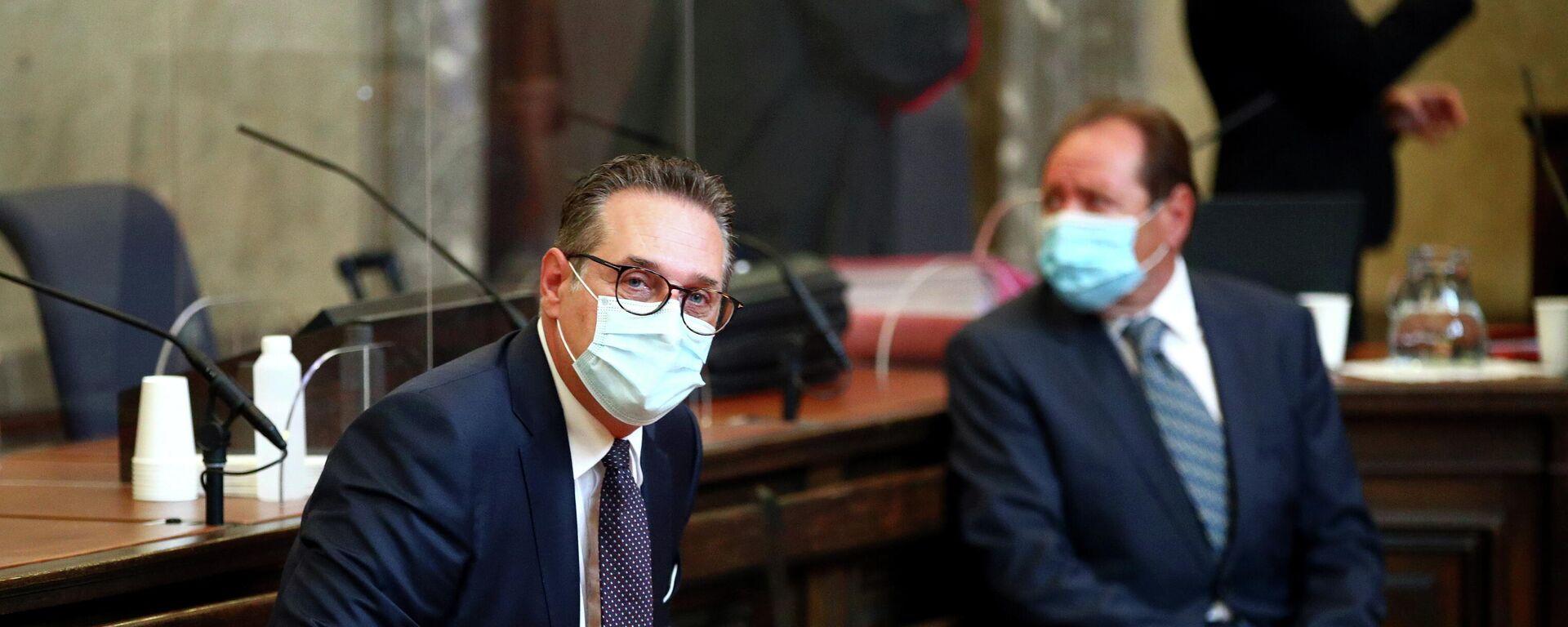 Österreichs ehemaliger Vizekanzler Heinz-Christian Strache wartet am 6. Juli 2021 in einem Gerichtssaal in Wien auf den Beginn eines Prozesses. - SNA, 1920, 06.07.2021