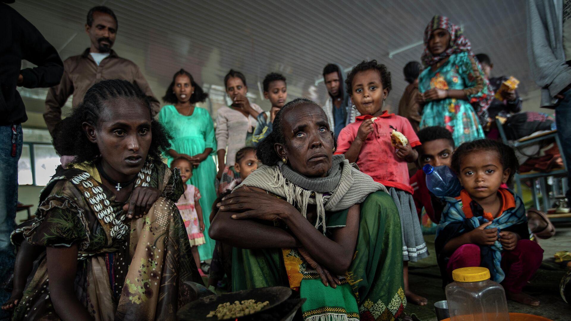 Frauen, die von den Kämpfen in der  Region Tigray geflohen sind, rösten Kaffeebohnen - SNA, 1920, 29.07.2021