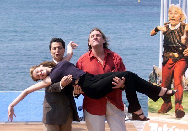Die französischen Schauspieler Christian Clavier (links) und Gerard Depardieu sowie das Model Laetitia Casta bei den 51. Filmfestspielen von Cannes, 1998. - SNA