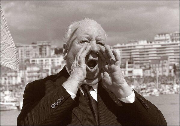 Der bekannte amerikanisch-britische Filmregisseur Alfred Hitchcock am Strand in Cannes während der 25. Filmfestspiele in Cannes, 1972. - SNA
