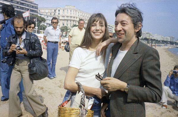 Die britische Schauspielerin Jane Birkin und der französische Schauspieler und Regisseur Serge Gainsbourg lassen sich bei den 27. Filmfestspielen in Cannes fotografieren, 1974. - SNA