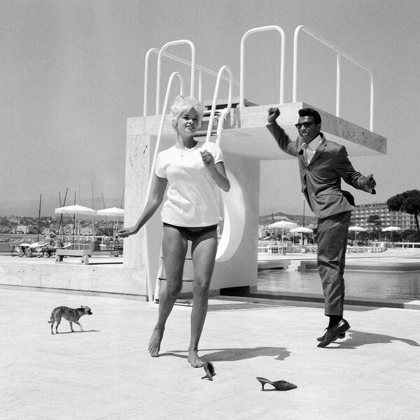 Die US-Schauspielerin Jayne Mansfield und der US-Sänger Rocky Roberts während der 17. Filmfestspiele, 1964. - SNA