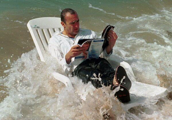 Der irische Schauspieler Jim Eoin beim Baden im Meer während der 52. Filmfestspiele in Cannes, 1999. - SNA