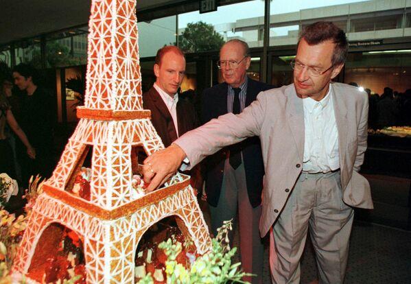 Der deutsche Regisseur Wim Wenders (rechts) vor einer Torte, die dem Eiffelturm ähnelt, während einer Veranstaltung der Academy of Motion Picture Arts and Sciences anlässlich der 50. Filmfestspiele in Cannes, 1997. - SNA