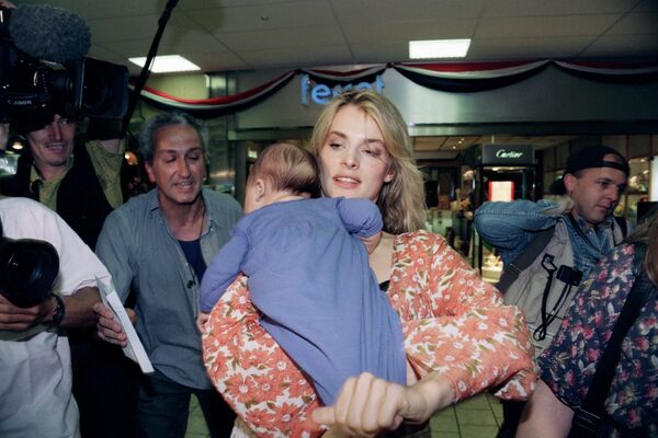 Die deutsche Schauspielerin Nastassja Kinski kommt mit ihrer Tochter Kenya zu den 46. Filmfestspielen von Cannes, 1993. - SNA