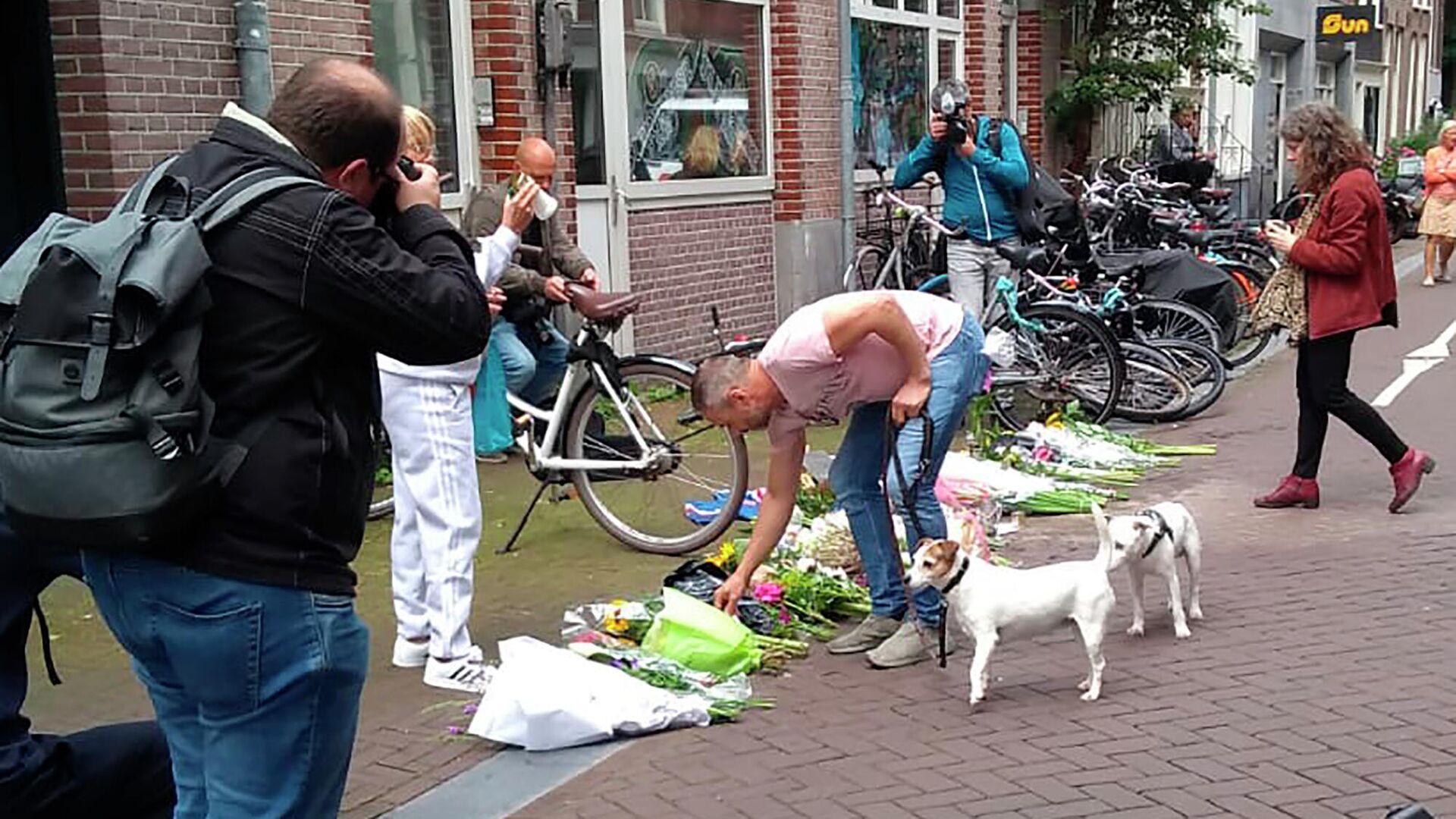 Menschen legen Blumen am Ort des Anschlages auf den Kriminalreporter Peter R. de Vries in Amstredam nieder - SNA, 1920, 07.07.2021
