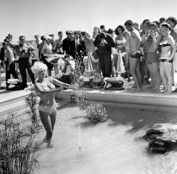 Die US-Schauspielerin Jayne Mansfield lässt sich im Pool des Carlton Hotels in Cannes während der 17. Filmfestspiele von Cannes fotografieren, 1964. - SNA