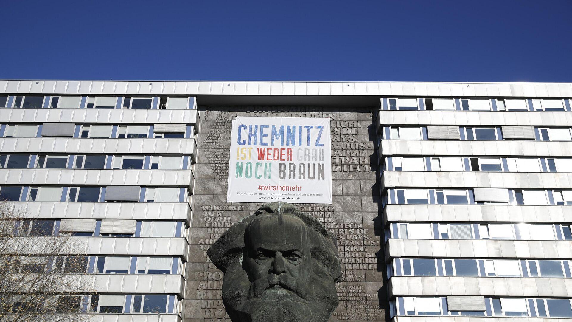 Ein Banner über einer Karl-Marx-Statue in Chemnitz im November 2018, Ostdeutschland, als Bundeskanzlerin Angela Merkel Chemnitz nach gewalttätigen rechtsextremen Protesten besucht. - SNA, 1920, 08.07.2021