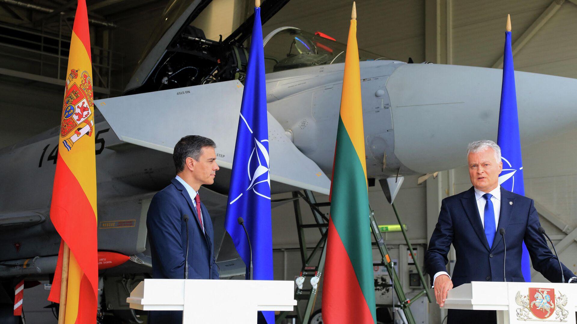 Der spanische Premier Pedro Sanchez und der litauische Präsident Gitanas Nauseda auf einem Nato-Luftwaffenstützpunkt - SNA, 1920, 08.07.2021