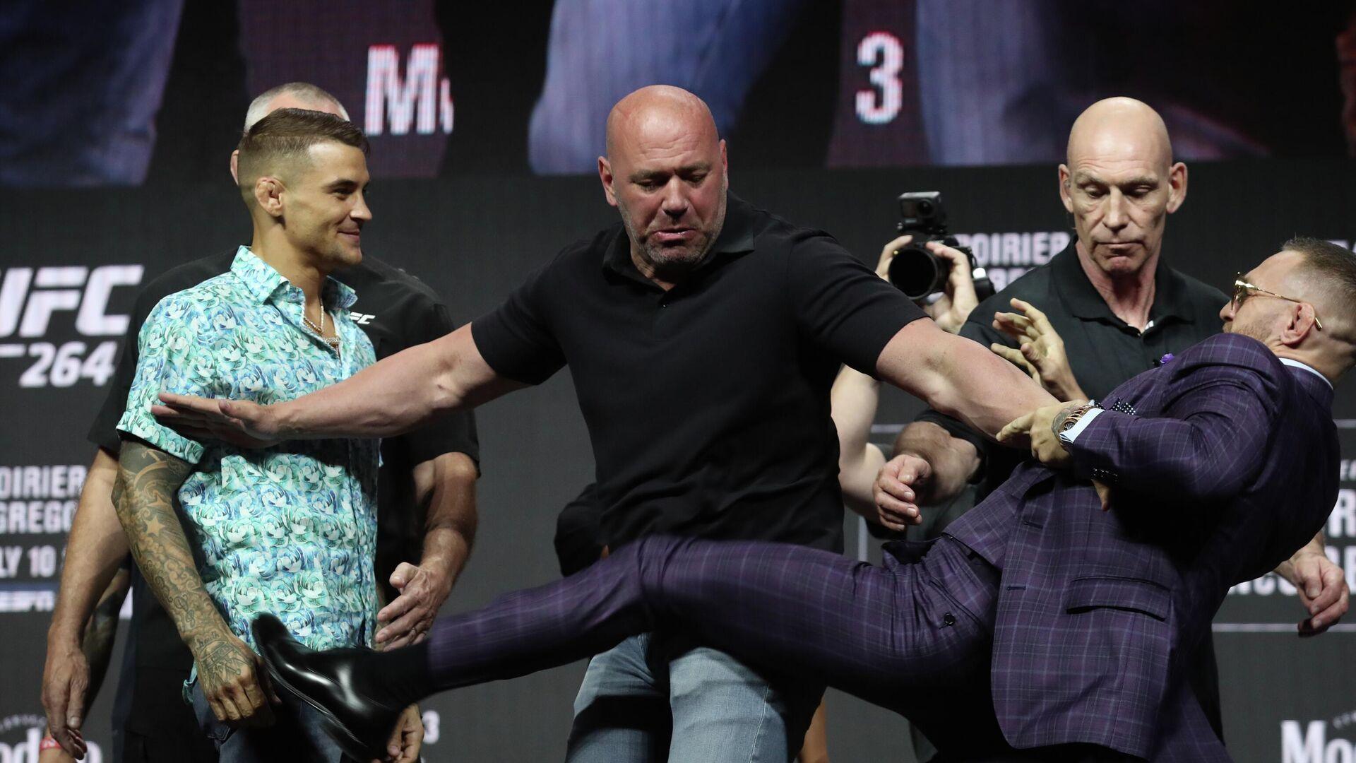 Conor McGregor versucht Fußtritt gegen Dustin Poirier, Las Vegas, USA, Juli 2021  - SNA, 1920, 09.07.2021