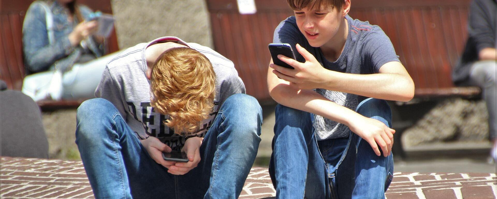 Jungen mit Handys (Symbolbild) - SNA, 1920, 06.08.2021
