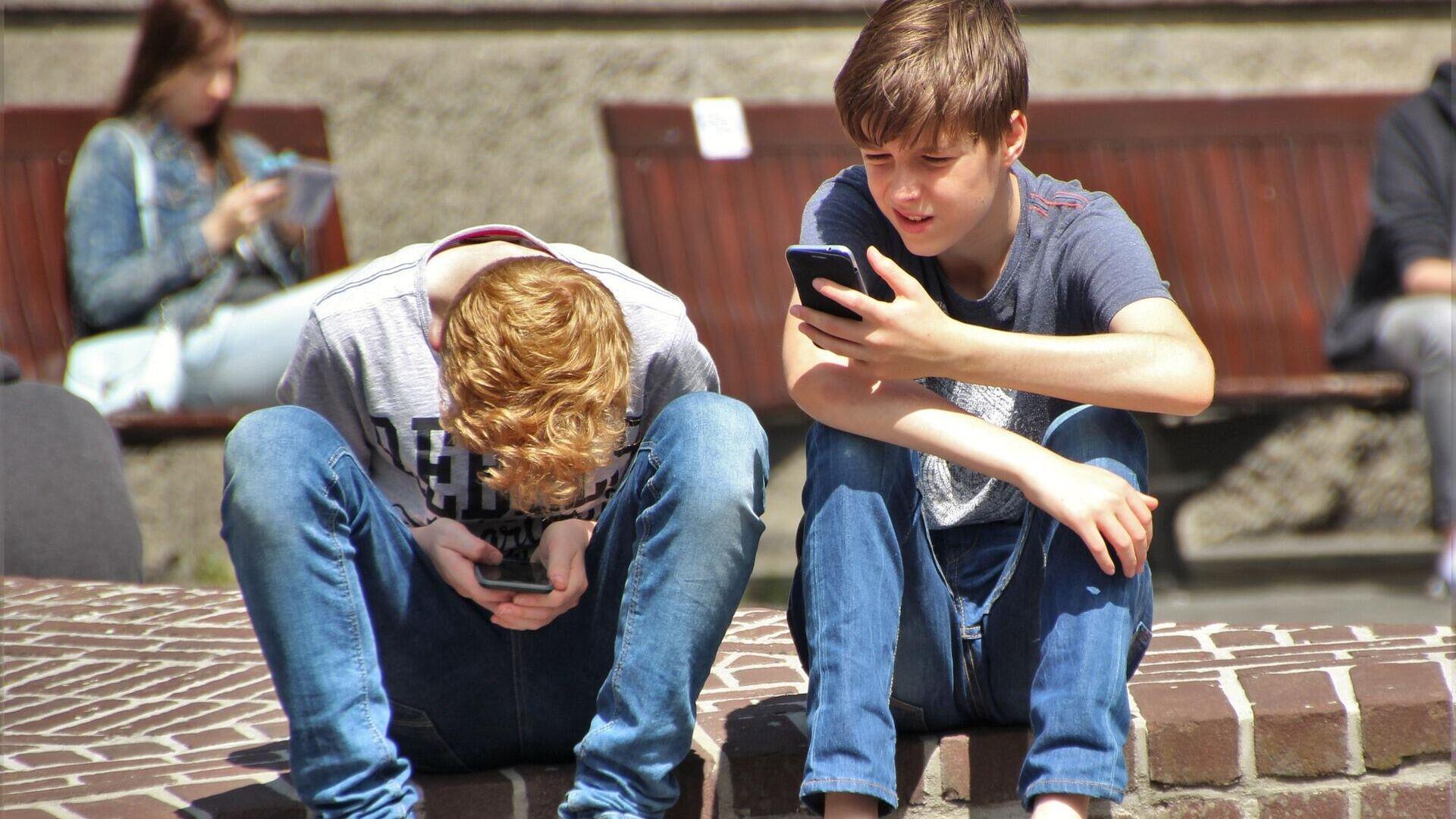 Jungen mit Handys (Symbolbild) - SNA, 1920, 09.07.2021