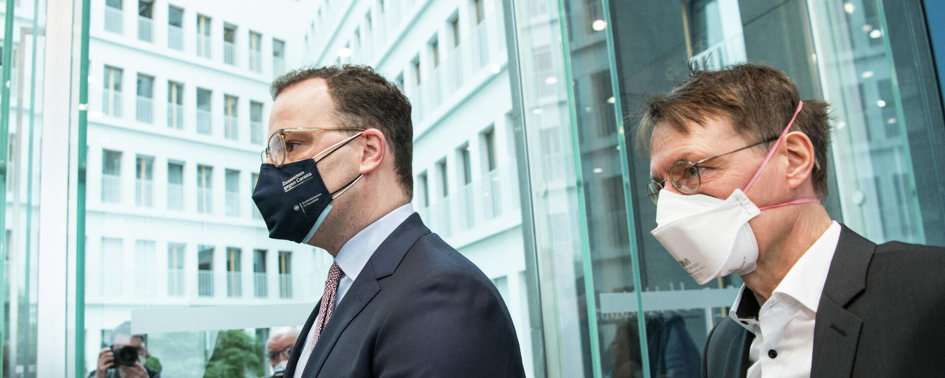 Bundesgesundheitsminister Jens Spahn und der deutsche Gesundheitsexperte Karl Lauterbach nach einer Pressekonferenz am 19. März 2021 in Berlin inmitten der COVID-19-Pandemie. Symbolfoto - SNA, 1920, 10.07.2021