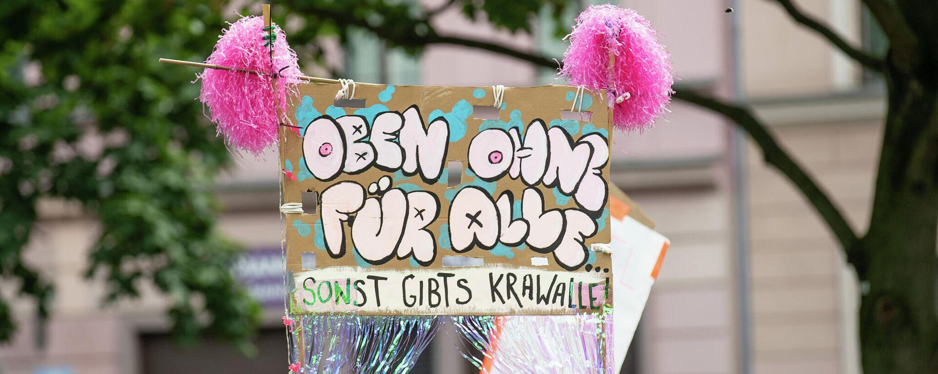 Demonstration der Initiative Hedonistische Internationale unter dem Motto All Nipples Are Beautiful am 10. Juli 2021 am Mariannenplatz in Berlin Kreuzberg - SNA, 1920, 10.07.2021