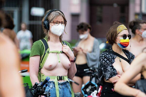Demonstration der Initiative Hedonistische Internationale unter dem Motto All Nipples Are Beautiful am 10. Juli 2021 am Mariannenplatz in Berlin Kreuzberg - SNA