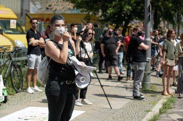 """Demonstrationzug des Trans Pride Berlin 2021 unter dem Motto """"Trans-Sein ist schön. Trans-Sein ist vielfältig!"""" am 10. Juli 2021 am U-Bahnhof Gleisdreieck in Berlin - SNA"""