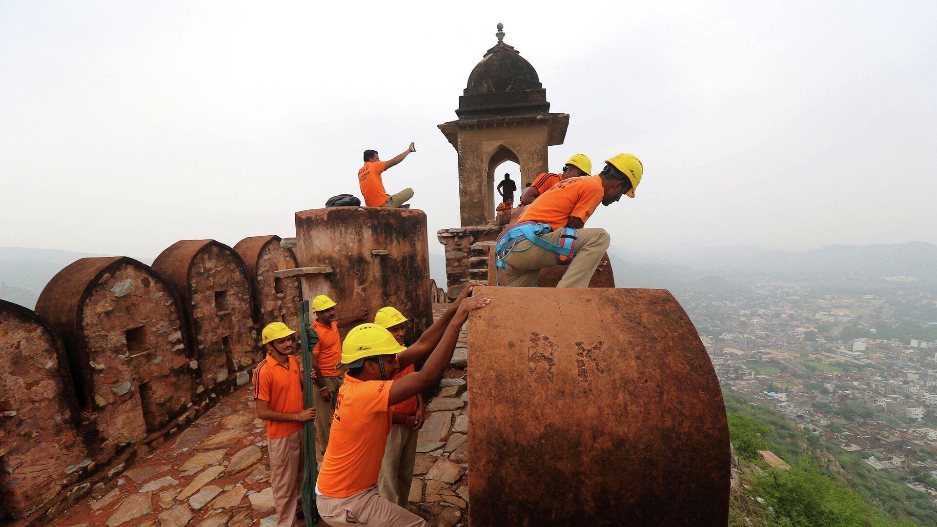 Katastrophenschutzpersonal führt eine Suchaktion an einem Wachturm des Amber Fort im indischen Bundesstaat Rajasthan durch: Am 11. Juli wurden elf Menschen beim Selfiemachen von erinm Blitzschlag hier  getötet.   - SNA, 1920, 12.07.2021