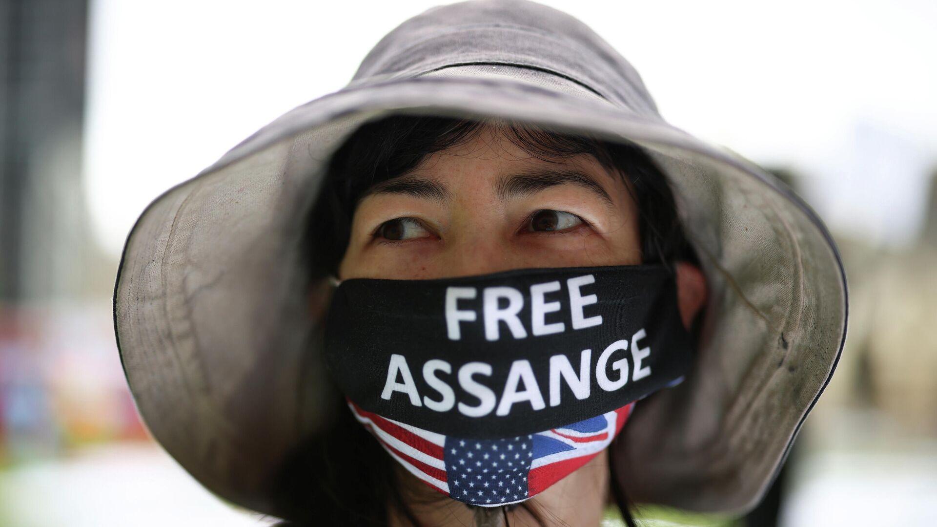 Eine Person trägt eine Maske während eines Picknick-Protestes zum 50. Geburtstag des Wikileaks-Gründers Julian Assange auf dem Parliament Square in London, Großbritannien, 3. Juli 2021.  - SNA, 1920, 12.07.2021