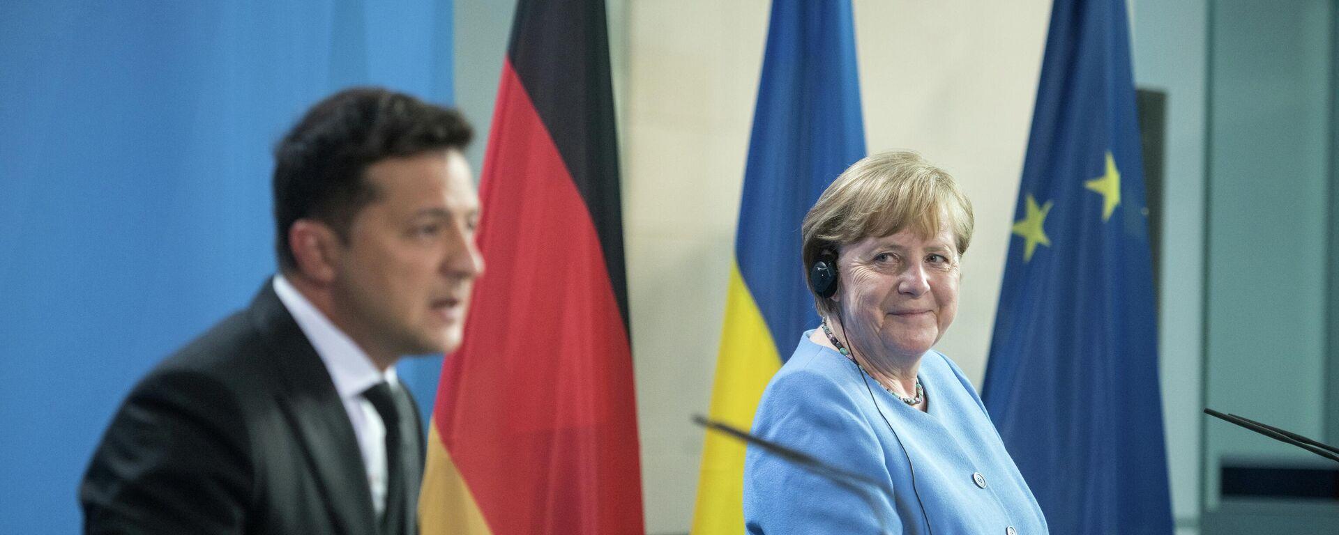 Bundeskanzlerin Angela Merkel und der ukrainische Präsident Wladimir Selenski (Wolodymyr Selenskyj) - SNA, 1920, 12.07.2021