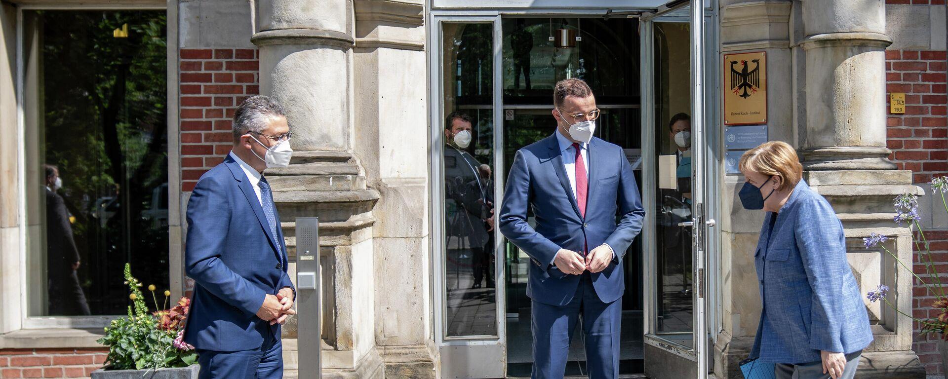 Bundeskanzlerin Angela Merkel wird von Bundesgesundheitsminister Jens Spahn und RKI-Chef Lothar Wieler bei einem Besuch am RKI am 13. Juli 2021 begrüsst.  - SNA, 1920, 13.07.2021