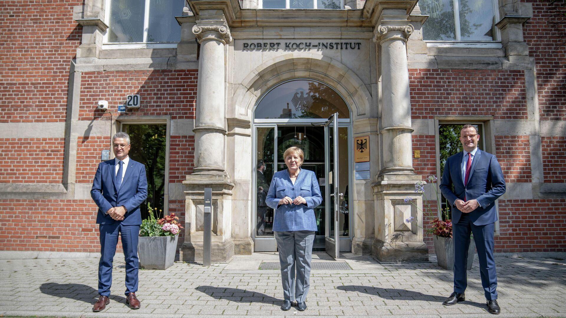 Präsident des Robert-Koch-Instituts Lothar H. Wieler, Bundeskanzlerin Angela Merkel und Bundesgesundheitsminister Jens Spahn - SNA, 1920, 13.07.2021