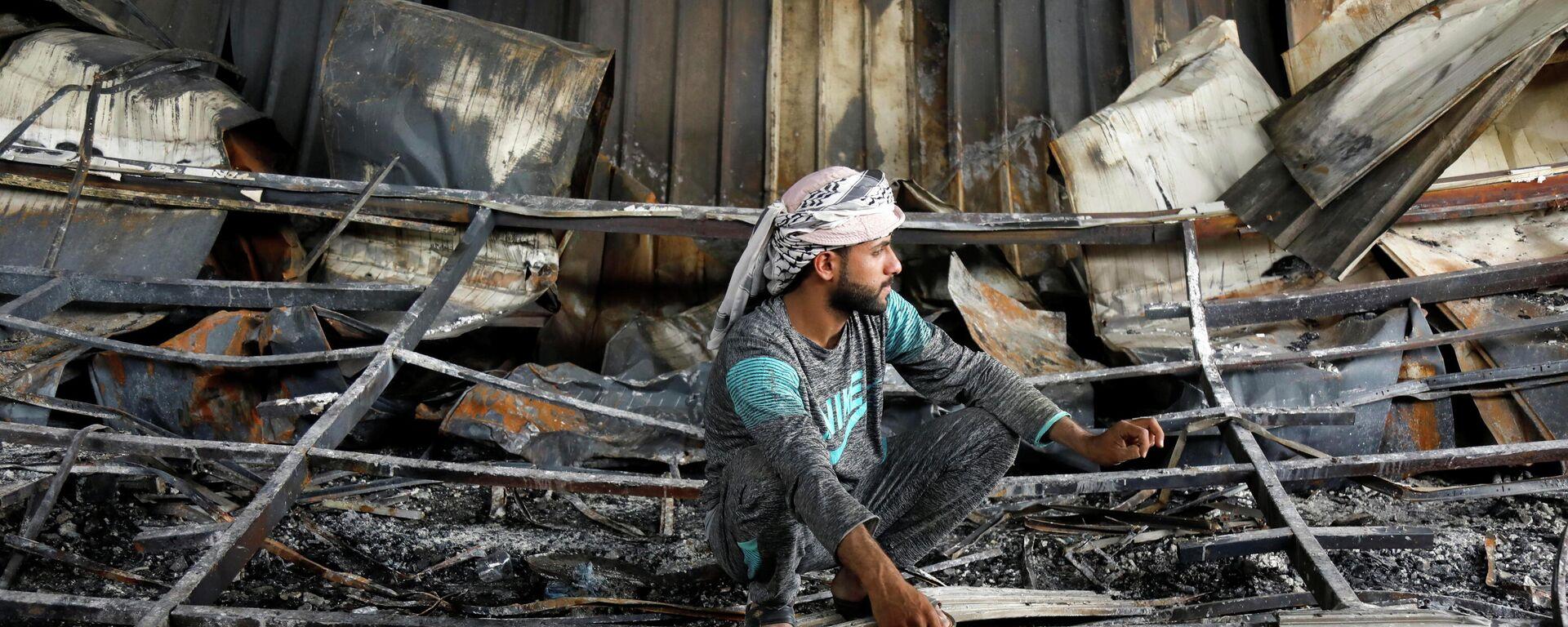 Ein Mann besichtigt das ausgebrannte Krankenhauses in der südirakischen Stadt Nassirija - SNA, 1920, 14.07.2021