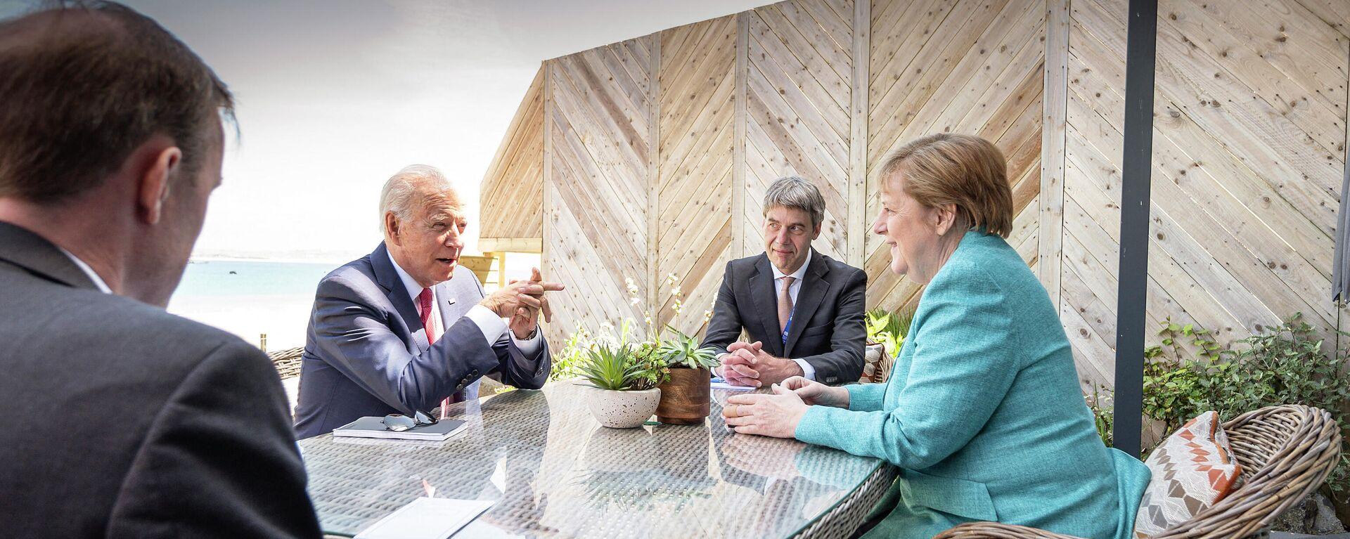 Dieses Handout-Foto der Bundesregierung vom 12. Juni 2021 zeigt Bundeskanzlerin Angela Merkel und US-Präsident Joe Biden zu Beginn ihres Treffens am Rande des G7-Gipfels im englischen St. Ives, Cornwall, zusammen mit ihren außenpolitischen Beratern Jan Hecker und Jake Sullivan. - SNA, 1920, 15.07.2021