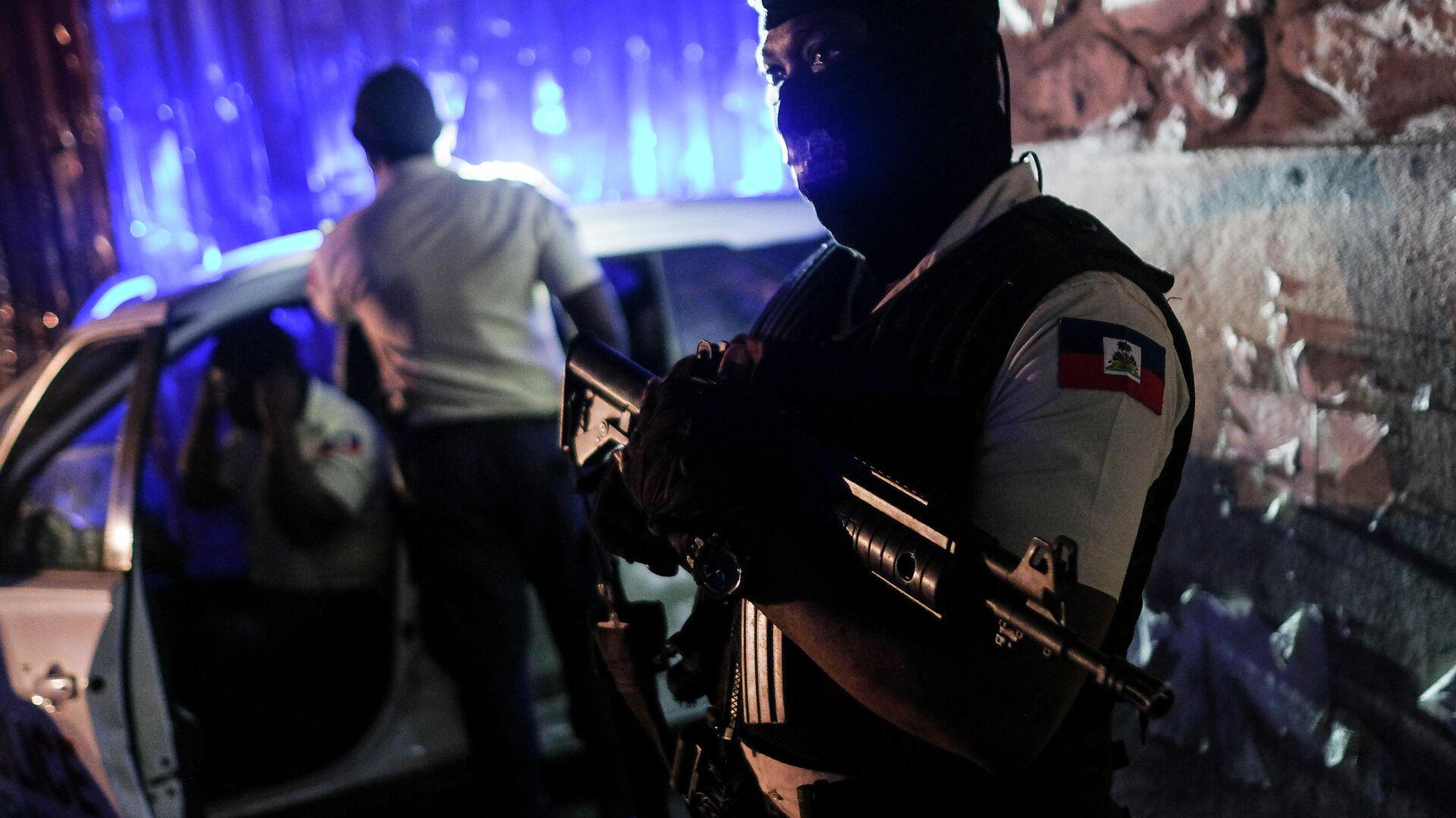 Ein Polizist steht an einer Kreuzung in Port-au-Prince, Haiti. - SNA, 1920, 15.07.2021