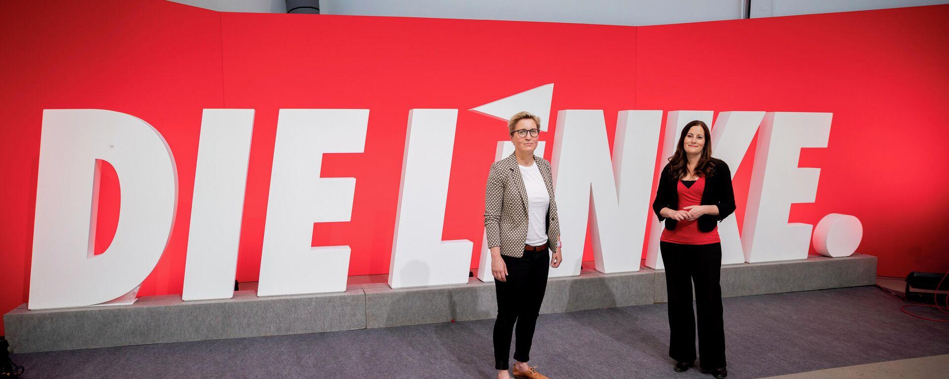 Linken-Spitzenpolitikerinnen Hennig-Wellsow und Wissler posieren vor einem Parteilogo (Symbolbild) - SNA, 1920, 17.07.2021