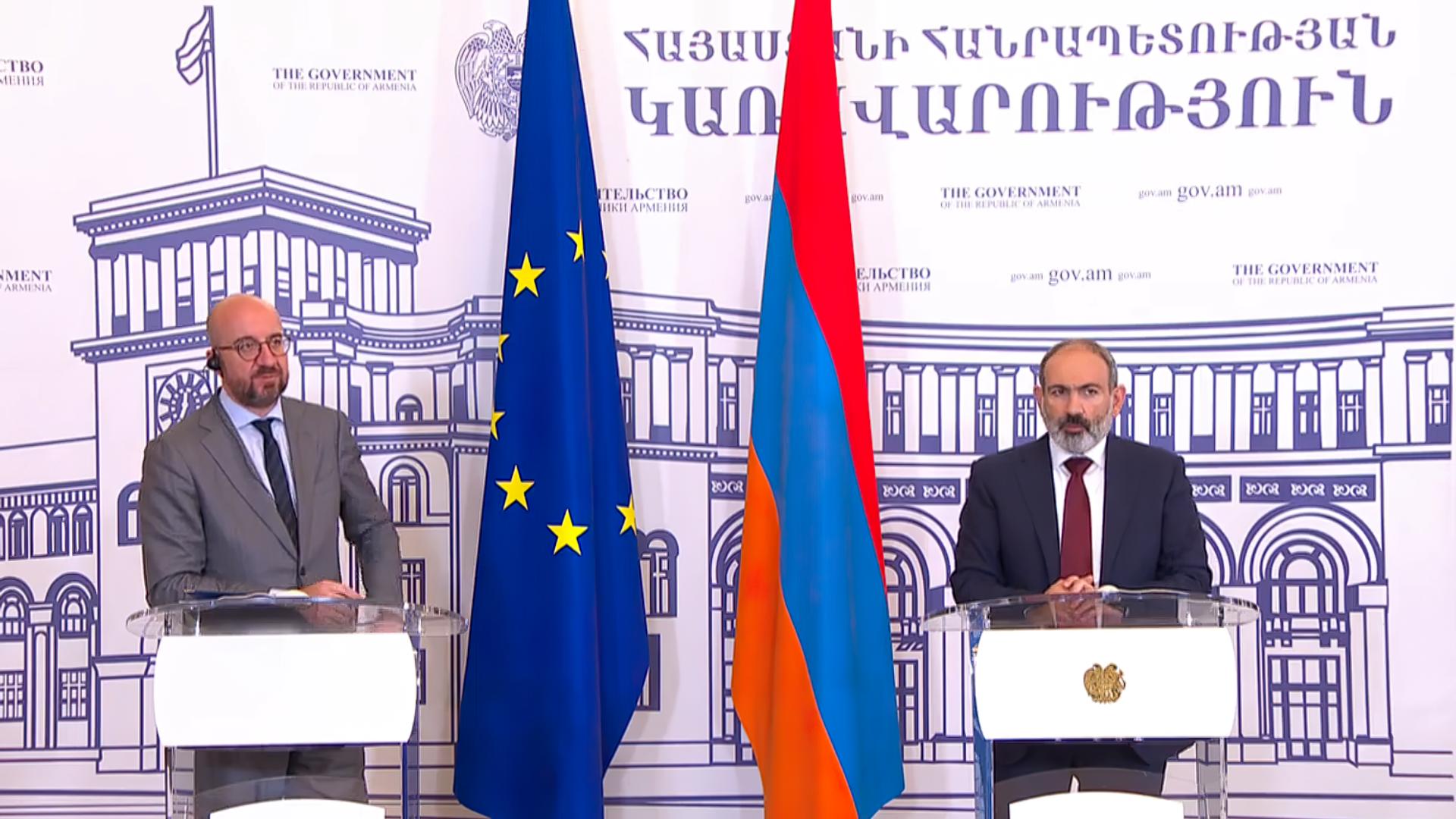 EU-Ratspräsident Charles Michel und Armeniens geschäftsführender Premierminister Nikol Paschinjan - SNA, 1920, 17.07.2021