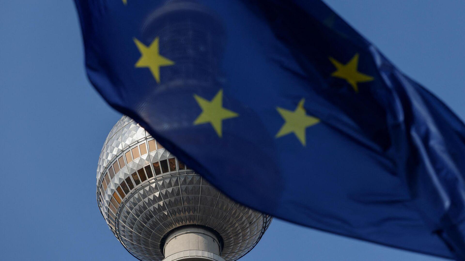Die EU-Flagge mit Berlins Fernsehturm im Hintergrund (Symbolbild) - SNA, 1920, 18.07.2021